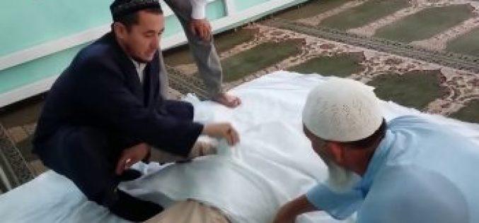 Өлген әйел жуып жатқан адамның қолын қағып жіберген (видео)