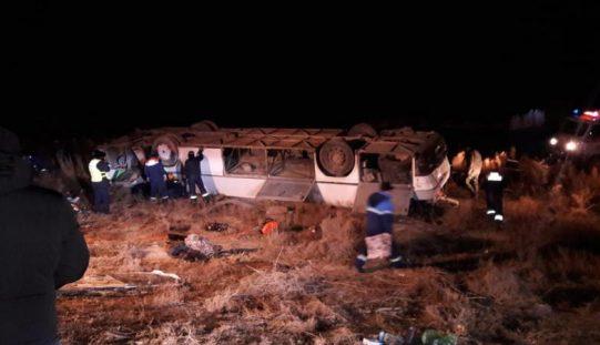 «Қызылорда-Құмкөл» тасжолында автобус аударылды: 8 адам көз жұмды