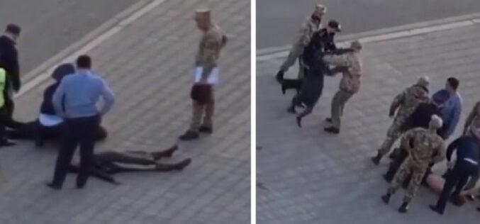 Жерде жатқан адамның басынан тепкен: Полиция мән-жайды айтты (видео)