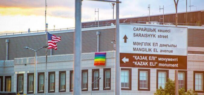Қазақстандағы АҚШ елшілігі ғимаратына ЛГБТ туын іліп қойды
